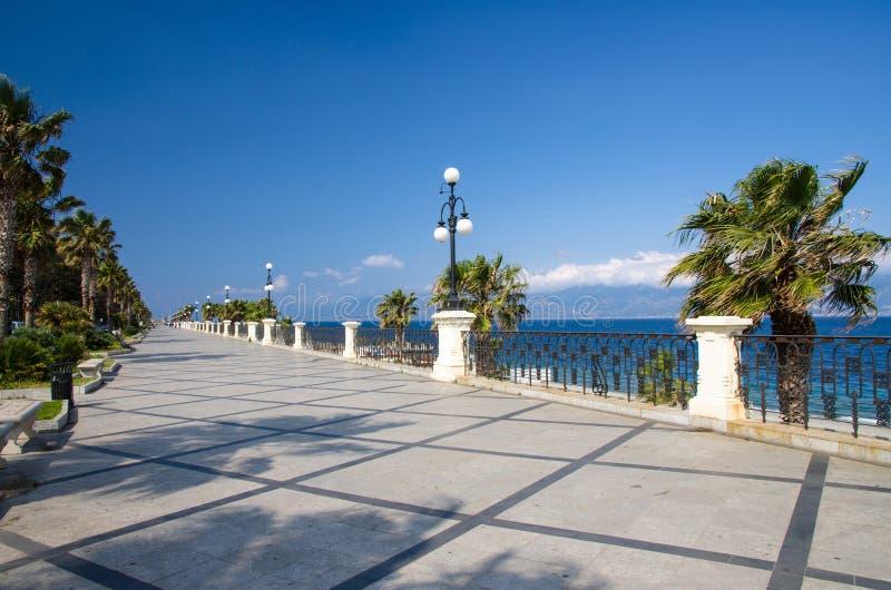 Reggio Di Calabria promenad Lungomare Falcomata, sydliga Italien royaltyfria bilder