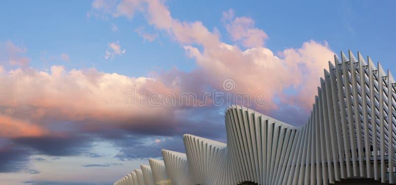 REGGIO EMILIA, ИТАЛИЯ - 13-ОЕ АПРЕЛЯ 2018: Железнодорожный вокзал Reggio Emilia AV Mediopadana на сумраке архитектором Сантьяго К стоковое изображение rf