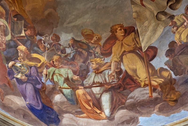 REGGIO EMILIA, ITALIA - 12 APRILE 2018: Il Fresco degli angeli con i simboli a cupola della chiesa Basilica di San Prospero fotografie stock libere da diritti