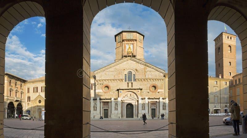 REGGIO EMILIA, ITALIA - 13 DE ABRIL DE 2018: Cuadrado de Piazza del Duomo imagen de archivo
