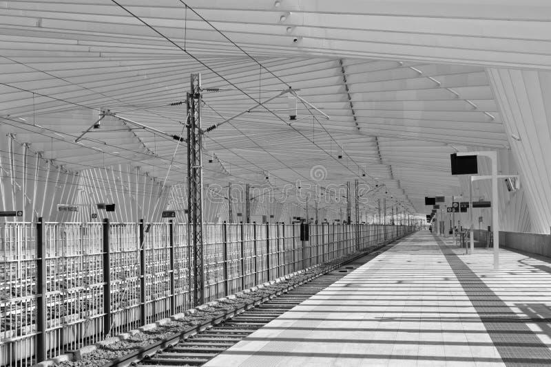 REGGIO EMILIA, ITALIA - 13 DE ABRIL DE 2018: El ferrocarril de Reggio Emilia sistema de pesos americano Mediopadana en la oscurid fotografía de archivo libre de regalías