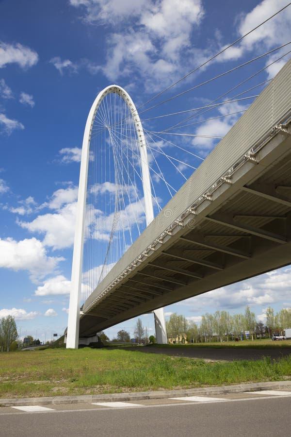 REGGIO EMILIA, ITALIA - 13 DE ABRIL DE 2018: Puente arqueado moderno del arquitecto Santiago Calatrava imagenes de archivo