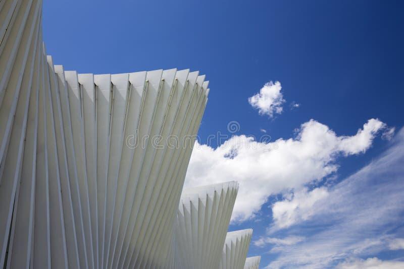 REGGIO EMILIA, ITALIEN - APRIL 13, 2018: Den Reggio Emilia AV Mediopadana j?rnv?gsstationen av arkitekten Santiago Calatrava royaltyfria bilder