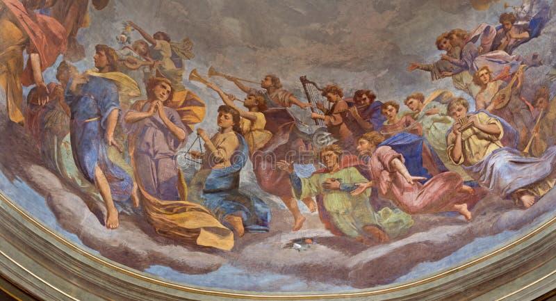 REGGIO EMILIA, ITALIEN, 2018: Freskomålningen av änglar med musikinstrumenten i kupol av kyrkliga Basilika di San Prospero royaltyfri bild