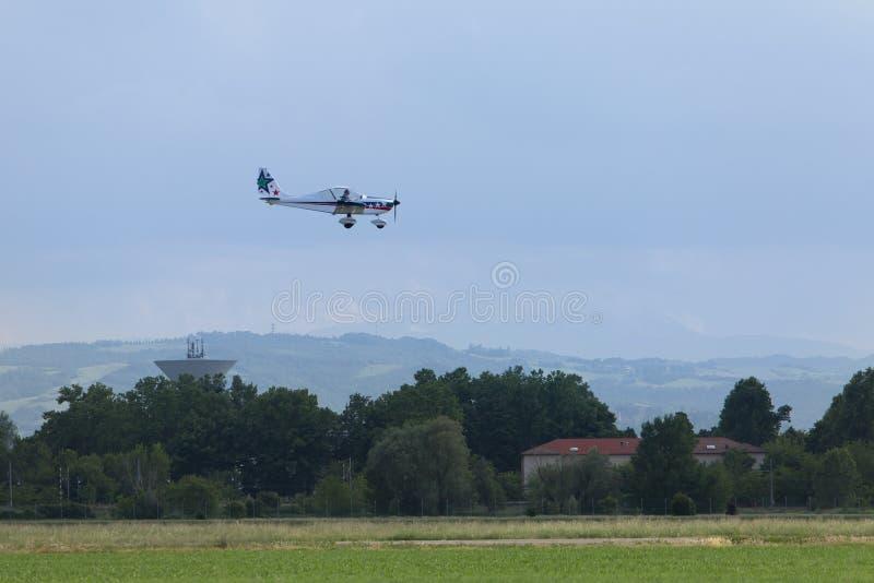 Reggio Emilia, Italien - Maj 2017: Lilla och ljusa vita Piper Aircraft Preparing för att landa royaltyfri bild