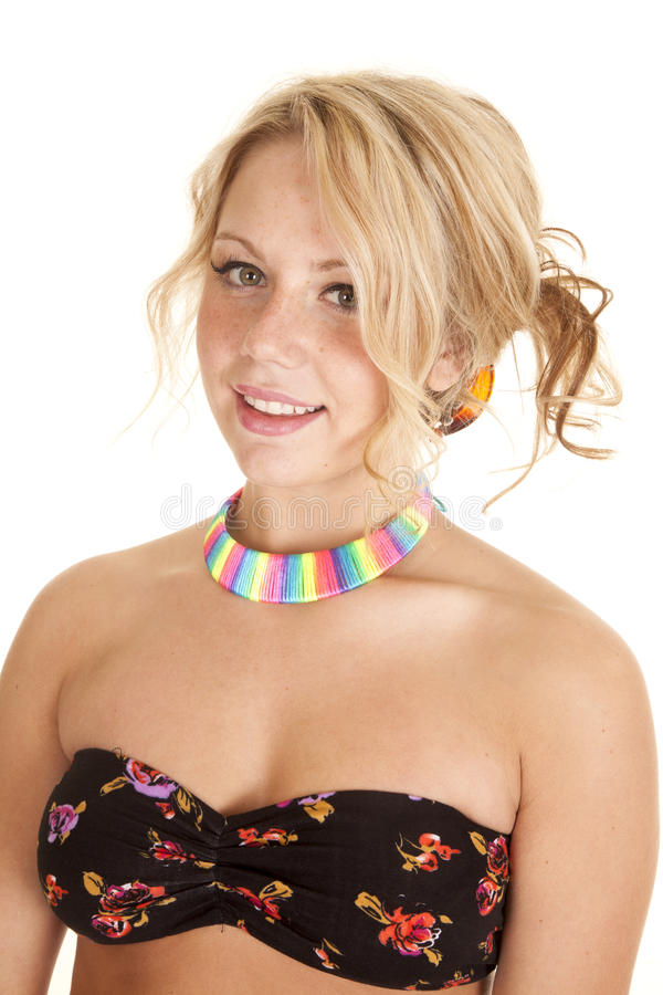 Reggiseno della donna con la collana dell'arcobaleno fotografie stock