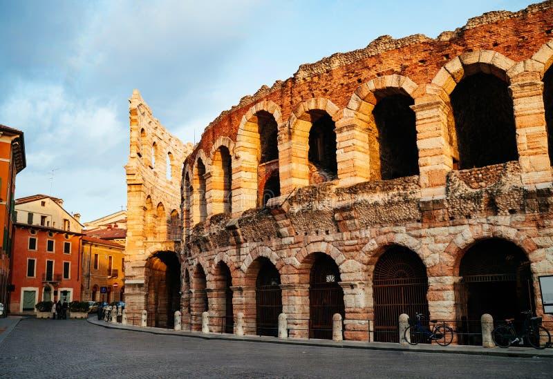 Reggiseno e Roman Arena della piazza nel tempo di Verona al crepuscolo immagine stock
