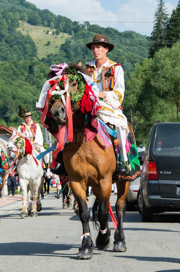 Região da Transilvânia, Romênia - 17 de agosto de 2017: Os aldeões em vestidos tradicionais comemoram um casamento romeno tradici foto de stock royalty free