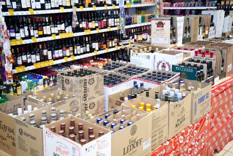 Região de Chelyabinsk, Rússia - em janeiro de 2019: Uma mostra de bebidas alcoólicas no hipermercado de Pyaterochka Caixas da cai foto de stock royalty free