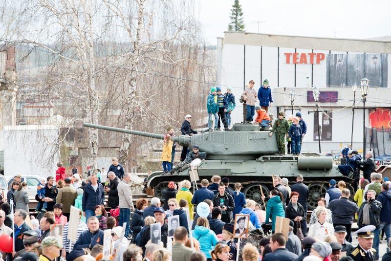 Região de Chelyabinsk, Rússia - 9 de maio de 2018: A ação do regimento imortal durante a celebração de Victory Day no pequeno foto de stock