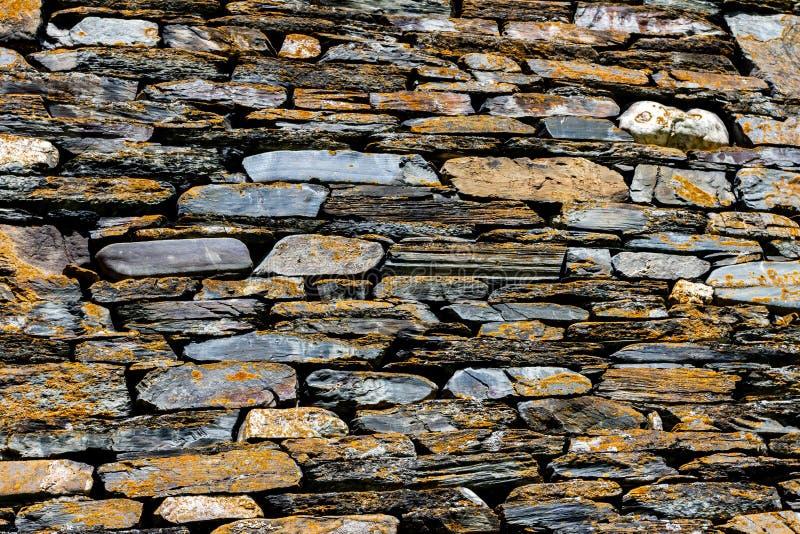 Região de Dartlo Tusheti da vila, Geórgia Parede construída das pedras do xisto, alvenaria antiga Textura áspera do fundo fotografia de stock