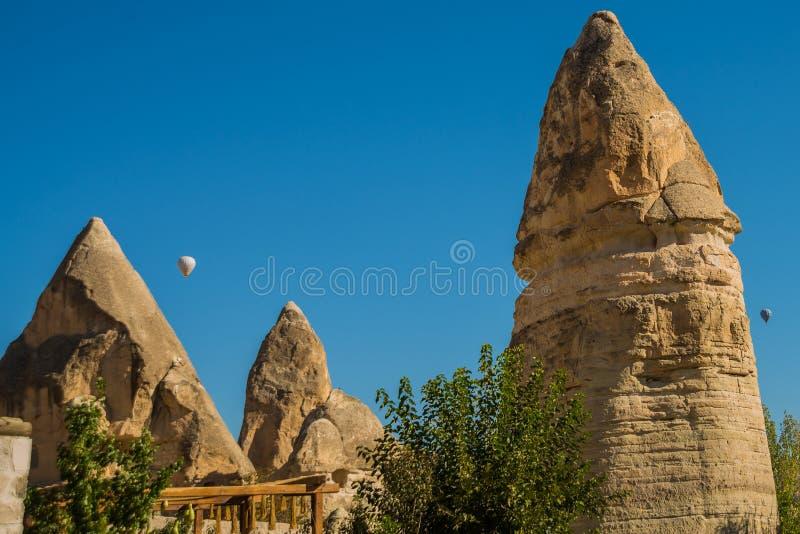 Região de Goreme, Cappadocia, Anatolia, Turquia: Vale do amor, Gorkundere no tempo ensolarado Paisagem com montanhas extraordinár imagens de stock royalty free