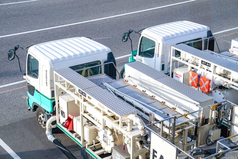 Região de Kansai, Osaka, Japão - 4 de março de 2018: Estacionamento plano do carregador de duas rodas no aeroporto internacional  fotos de stock