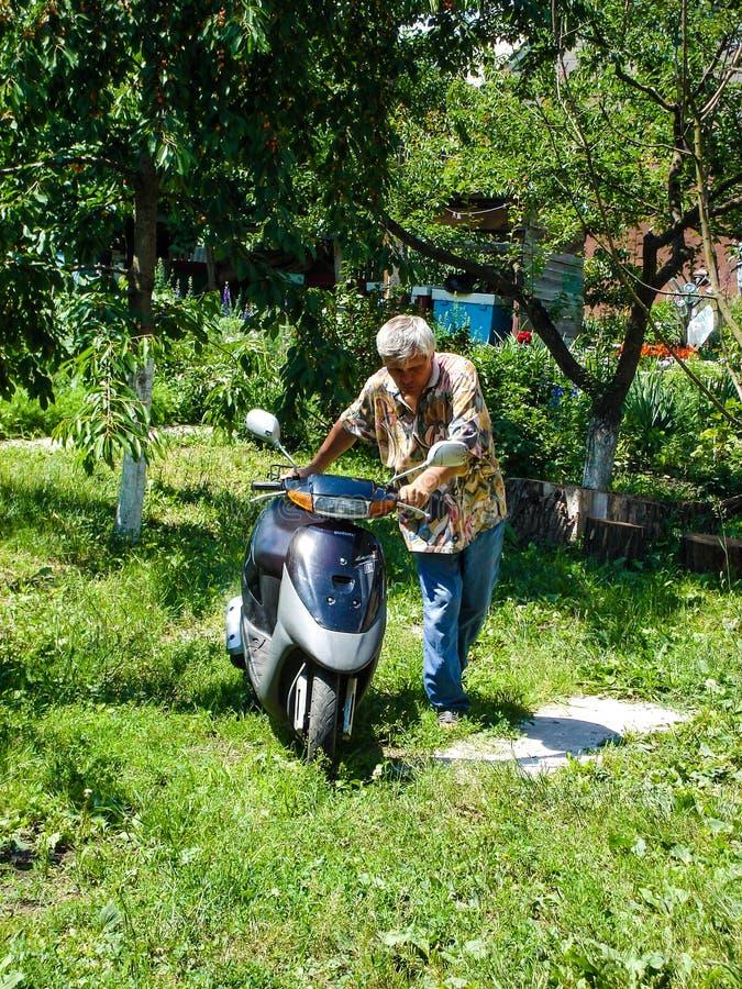 Região de Kiev, Ucrânia - 12 de julho 2009: homem que conduz a motocicleta ao curso fotografia de stock