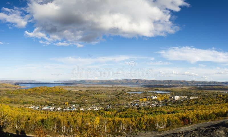 Região de Rússia Extremo Oriente Khabarovsk, outono do rio Amur outono dourado no leste distante de Rússia no rio Amur foto de stock