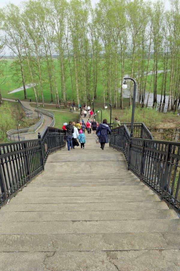 Região de Vladimir, Rússia - 6 de maio 2018 Cruzamento pedestre sobre as trilhas de estrada de ferro na estação de Bogolyubovo fotos de stock royalty free