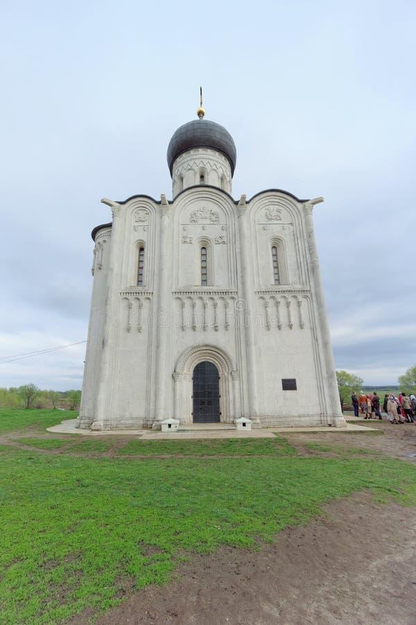 Região de Vladimir, Rússia - 6 de maio 2018 Igreja do Intercession no Nerl fotografia de stock royalty free