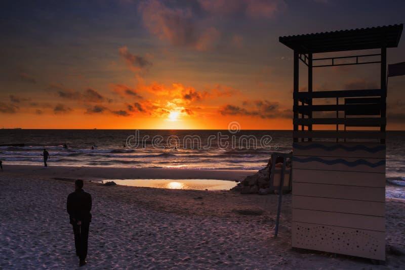Região de Zelenogradsk Kaliningrad A praia no por do sol imagem de stock