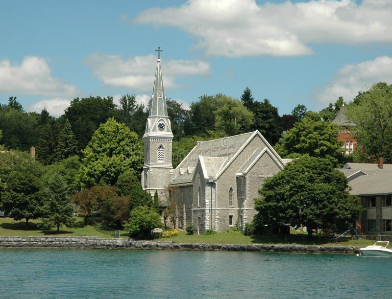 Região dos lagos finger: Igreja dianteira e Steepl do lago fotos de stock royalty free