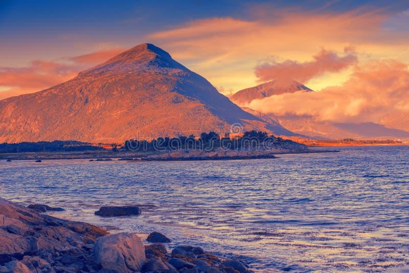 Região selvagem ártica, paisagem da montanha no por do sol mágico foto de stock