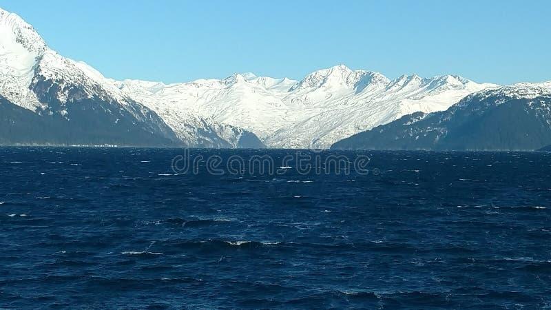 Região selvagem da neve de Alaska do mar do inverno foto de stock
