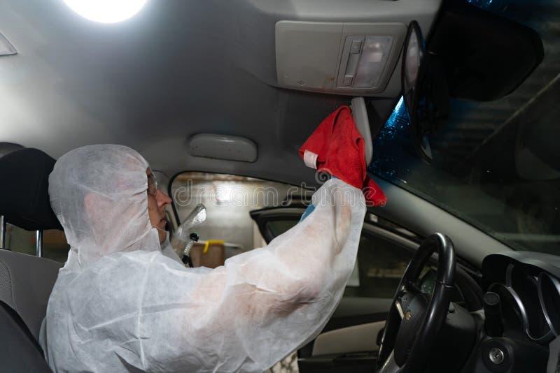 Región de Cheliábinsk, Rusia - JULIO DE 2019 Coches del salón de la limpieza en seco Trabajador de sexo masculino que usa el aspi imagen de archivo libre de regalías