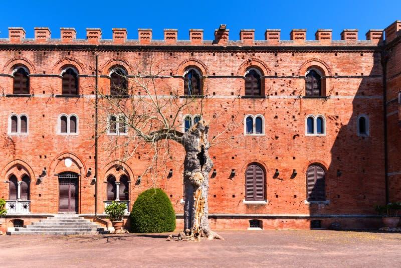 Región de Chianti, Italia - 21 de abril de 2018: Castello di Brolio, un castillo rural, palacio y jardines, cerca de Siena, regió fotografía de archivo libre de regalías