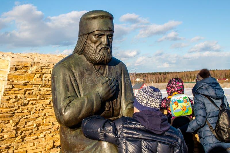 Región de Kaluga, Rusia - marzo de 2019: Monumento al monje ortodoxo ruso Seraphim de Sarov imagen de archivo