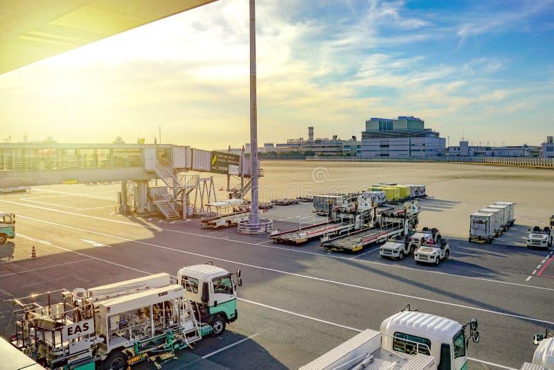 Región de Kansai, Osaka, Japón - 4 de marzo de 2018: Aparcamiento plano del cargador de dos ruedas en el aeropuerto internacional foto de archivo