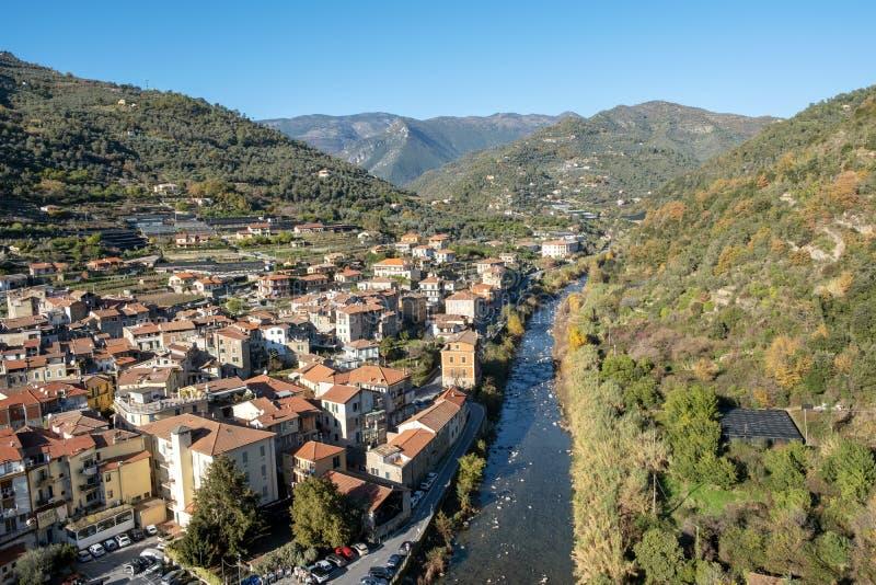 Región ligur de Dolceacqua, Italia septentrional: visión aérea Imagen del color imagen de archivo