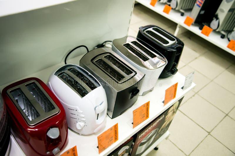 Regi?n de Cheli?binsk, Rusia - febrero de 2019 Mercancías eléctricas del hogar de la tienda fotografía de archivo libre de regalías