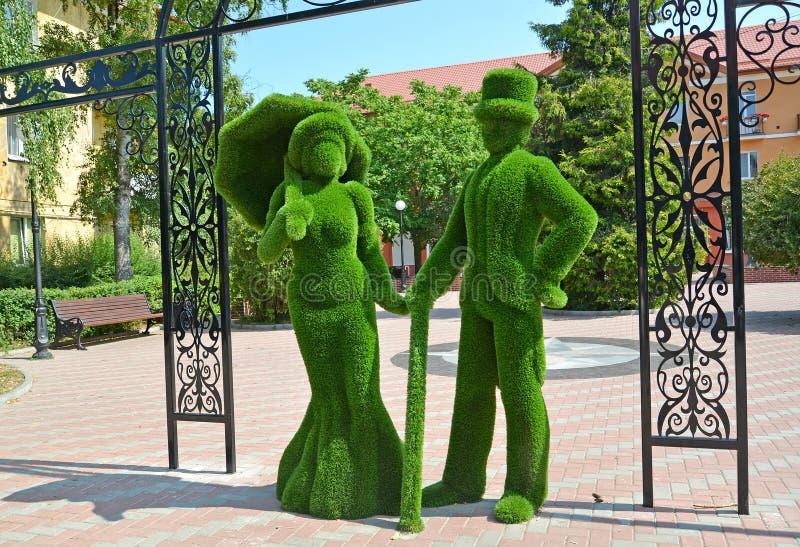 Regi?n de Kaliningrado, Rusia Grupo escultural 'la señora y el caballero en paseo ' Ciudad pionera foto de archivo libre de regalías