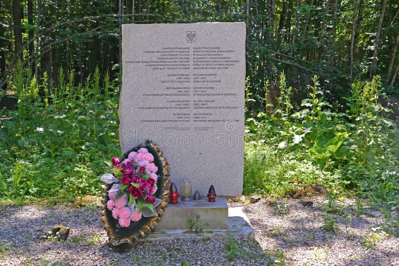 Regi?n de Kaliningrado, Rusia Un stele en memoria del personal del consulado polaco que murió en el campo de concentración Hokhen imágenes de archivo libres de regalías