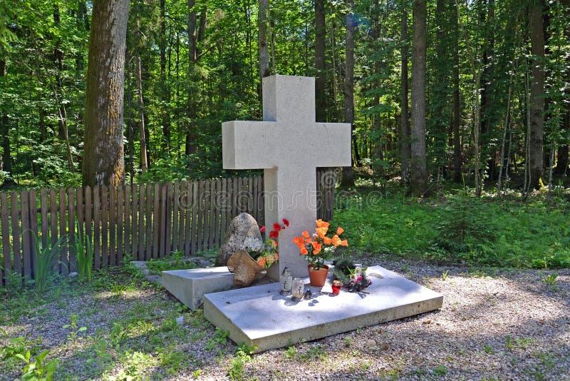 Regi?n de Kaliningrado, Rusia Una cruz memorable en el lugar del campo de concentración Hokhenbrukh Distrito de Slavsky foto de archivo libre de regalías