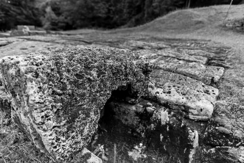 Regia de Sarmisegetusa, ruínas velhas em Transilvania, montanhas de Orastie, Romênia fotos de stock