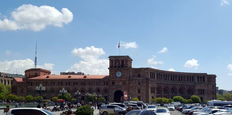 Regierungs-Gebäude mit Uhr auf Republik-Quadrat in Eriwan, Armenien lizenzfreies stockbild