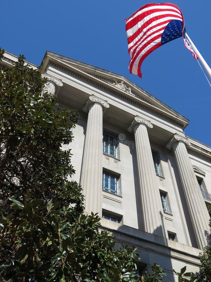 Regierungs-Gebäude und amerikanische Flagge lizenzfreie stockfotografie