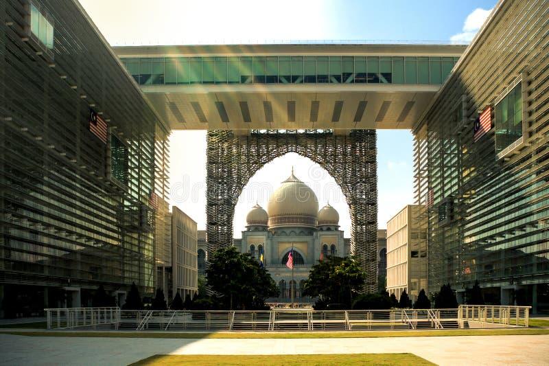 Regierungsgebäude, das den Palast von Gerechtigkeit im Winkel des Leistungshebels übersieht stockfoto