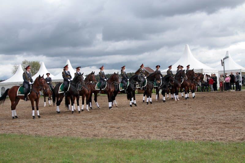 Regimento de agentes da polícia fêmeas a cavalo Demonstração o fotos de stock