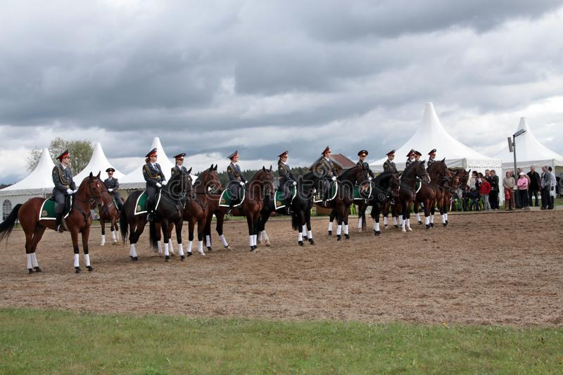 Regimiento de los oficiales de policía de sexo femenino a caballo Demostración o fotos de archivo
