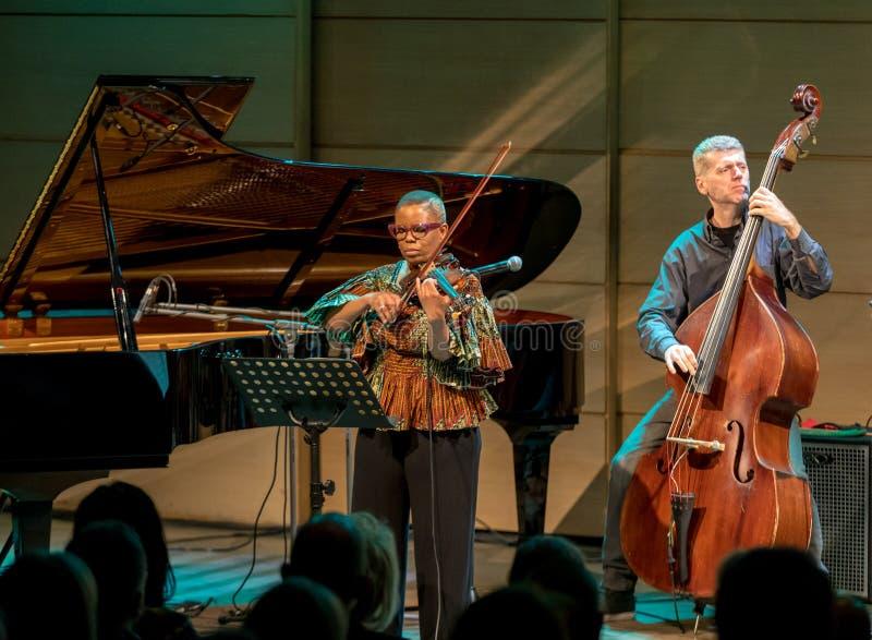 Regina Carter, violinista americano del jazz un tr?o de AMC vivo en la etapa del museo de Manggha del arte y de la tecnolog?a jap fotos de archivo