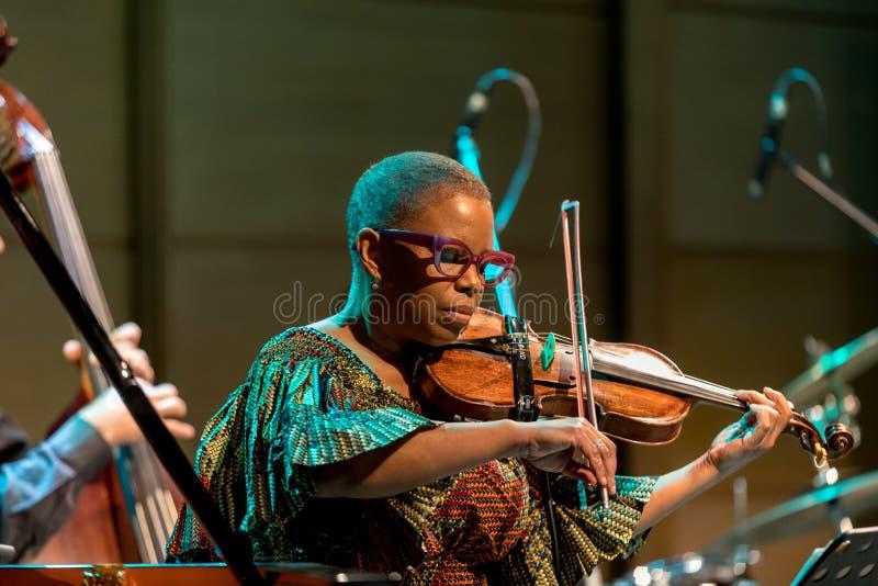 Regina Carter, violinista americano del jazz un tr?o de AMC vivo en la etapa del museo de Manggha del arte y de la tecnolog?a jap fotografía de archivo