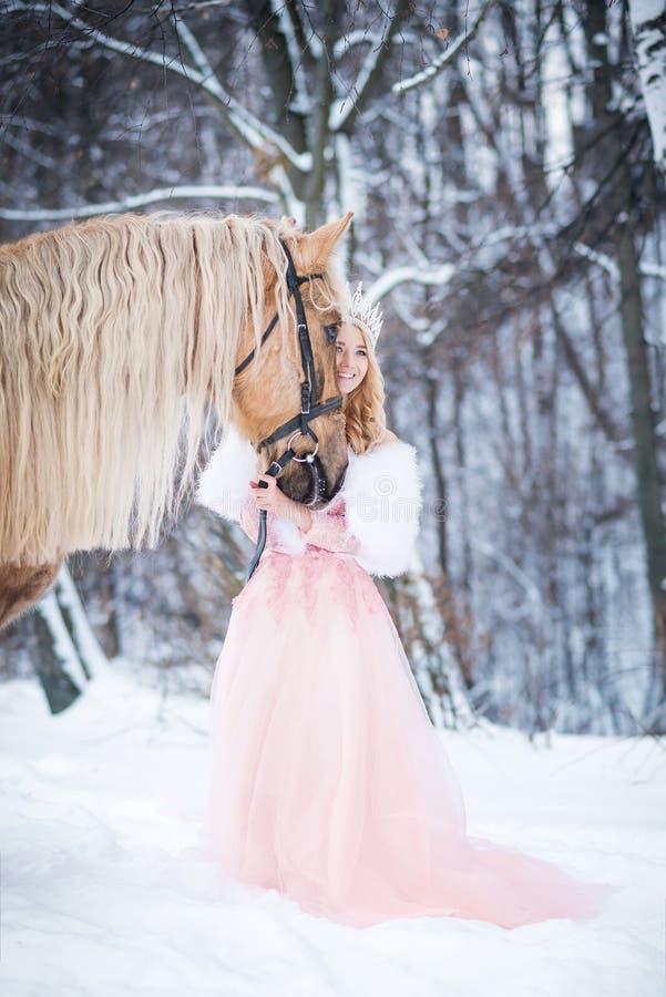 Regina in corona con il cavallo nell'inverno Ambiti di provenienza astratti di fantasia con il libro magico fotografie stock