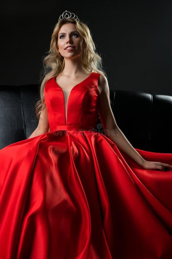 Regina di bellezza nel colpo lussuoso rosso del vestito fotografia stock libera da diritti