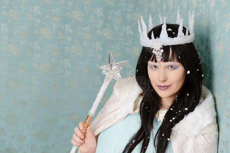 Regina diabolica con la corona del ghiaccio e della bacchetta immagini stock libere da diritti