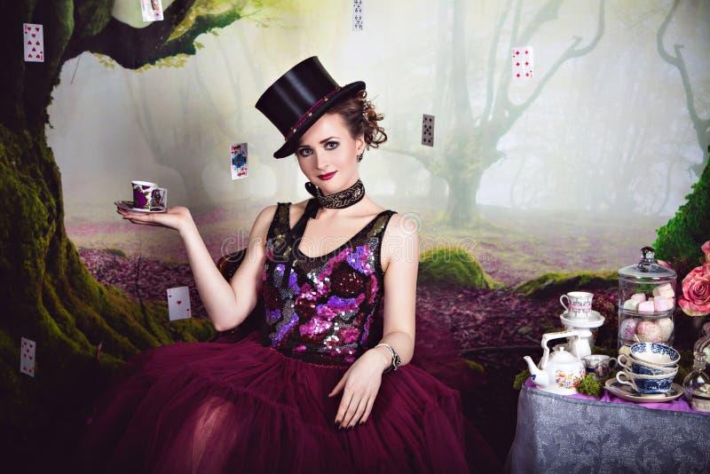 Regina diabolica in giocatore di bocce ed in una tazza di tè fotografie stock libere da diritti
