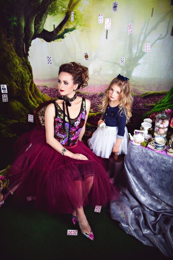 Regina ed Alice diaboliche nel paese delle meraviglie fotografia stock libera da diritti