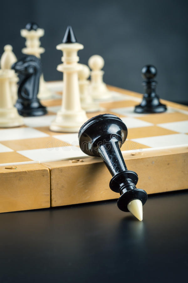 Regina nera di scacchi sconfigguta fotografie stock libere da diritti