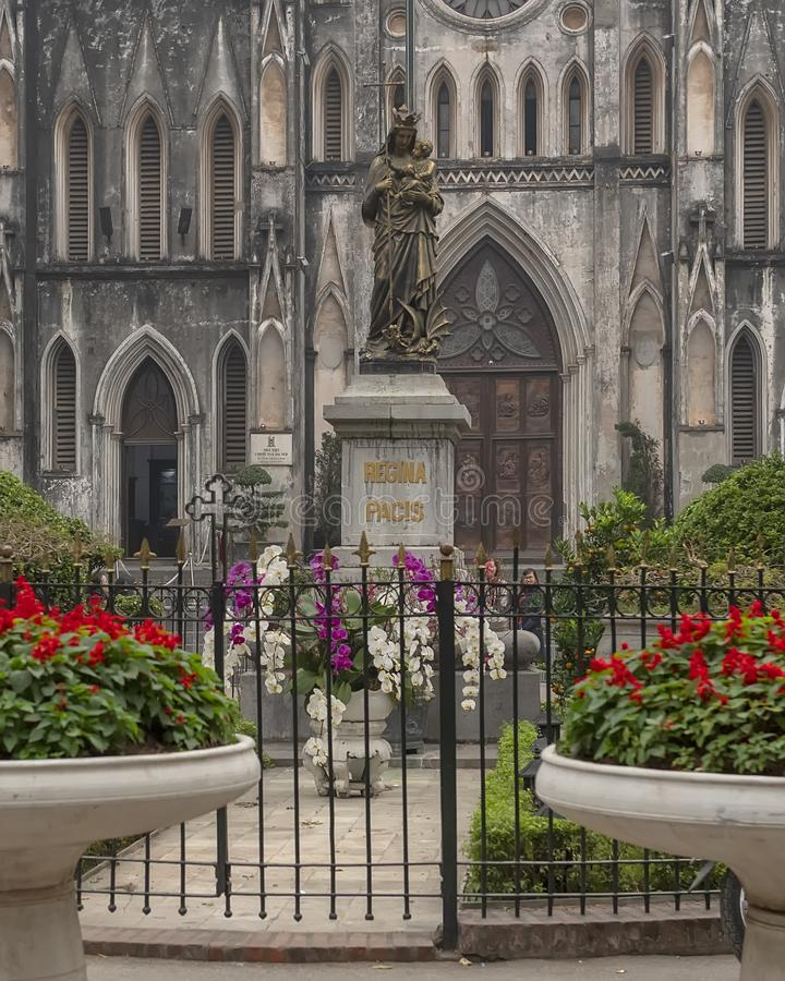 Regina Pacis Queen van Vredesstandbeeld voor de Kathedraal van Saint Joseph, Hanoi, Vietnam stock afbeeldingen