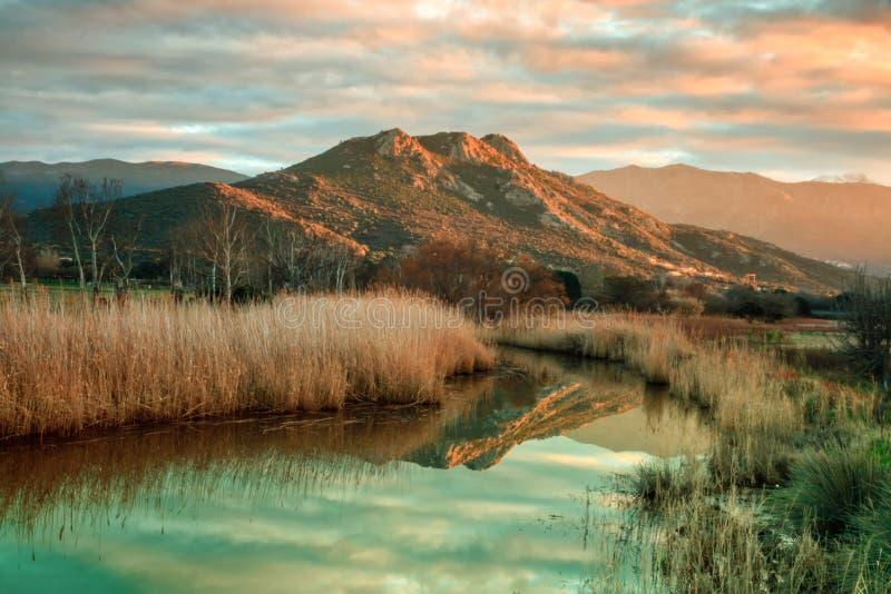 Reginu flod som ankommer på den Losari stranden i den Balagne regionen av C arkivbild
